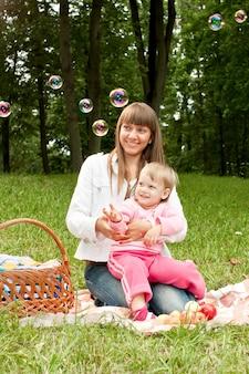 Madre con bambino nel parco