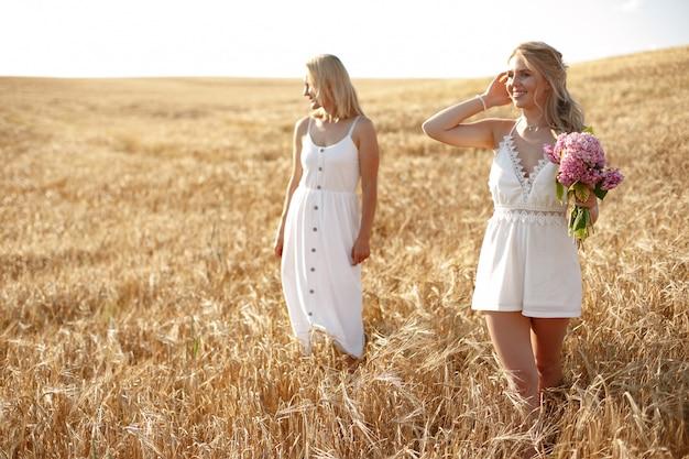 Madre con bella figlia in un campo in autunno