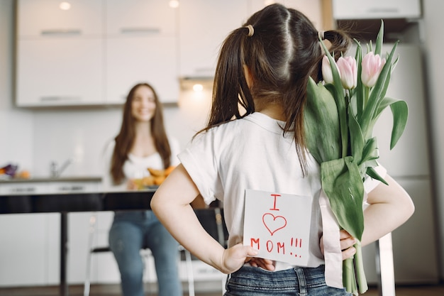 Madre con figlia a casa