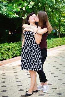 Madre con figlia adulta nel parco insieme.