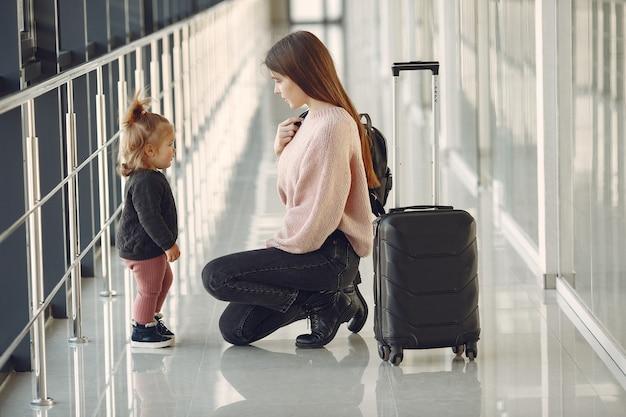 Madre con figlia all'aeroporto