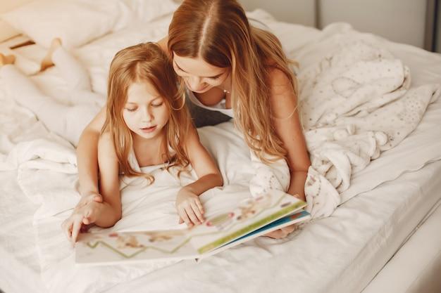 Madre con figlia bionda carina