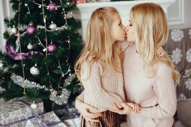 Madre con figlia carina a casa