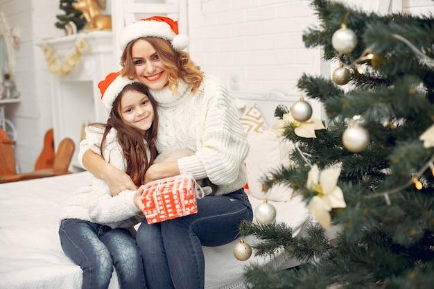 Madre con figlia carina seduta in una stanza