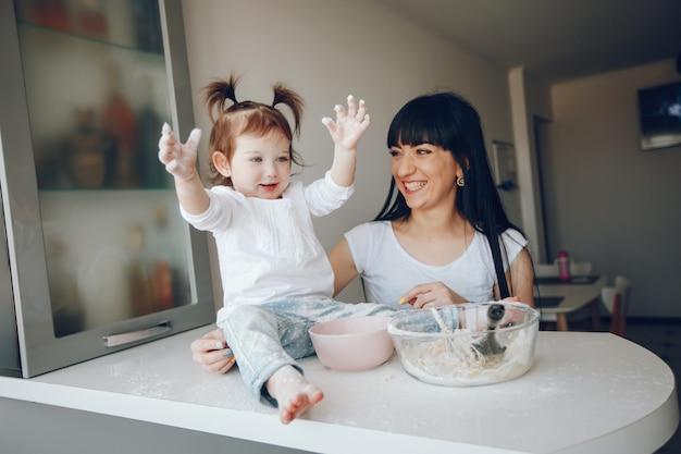 Madre con figlia carina