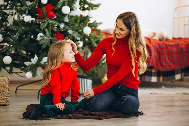 Madre con figlia di albero di natale