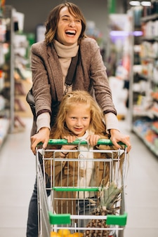 Madre con figlia in un negozio di alimentari