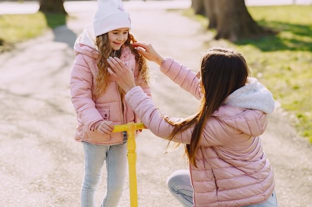 Madre con figlia in un parco con skate