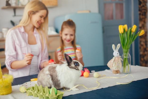Madre con figlia piccola in una cucina