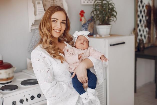Madre con figlia piccola in una stanza