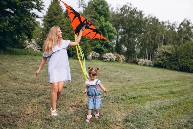 Madre con figlia piccola nel parco
