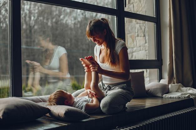 Madre con figlio a casa