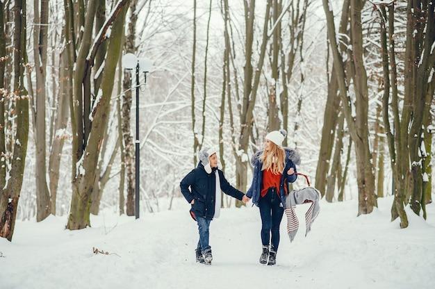 Madre con figlio carino in un inverno oark