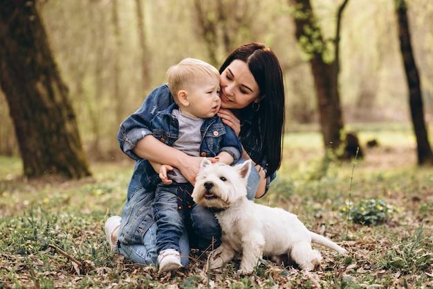 Madre con figlio e cane
