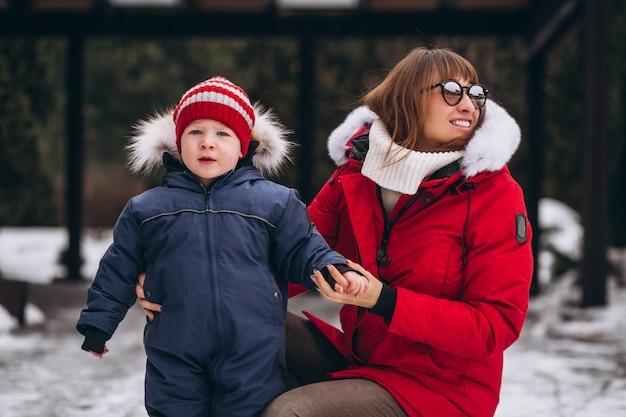 Madre con figlio piccolo fuori in inverno