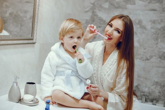 Madre con figlio piccolo in un bagno