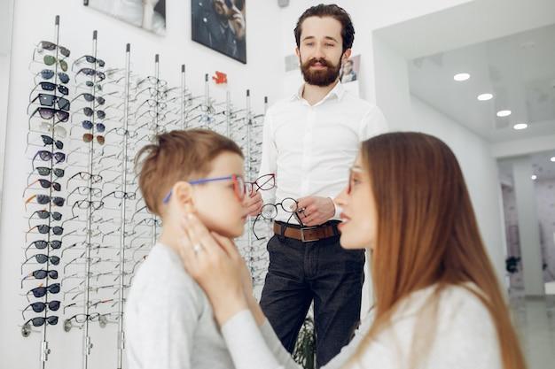 Madre con figlio piccolo nel negozio di occhiali