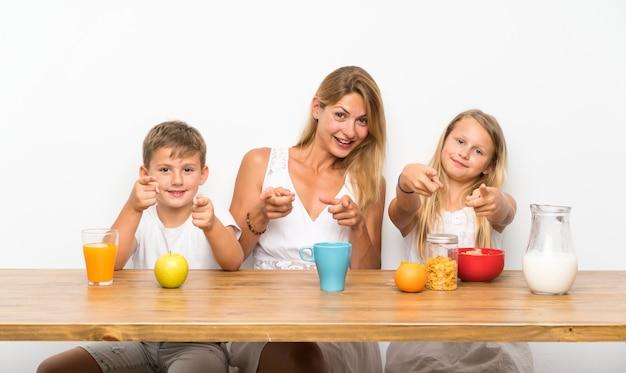 Madre con i suoi due figli facendo colazione
