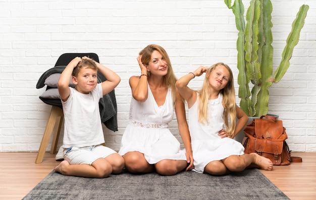 Madre con i suoi due figli in casa con dubbi