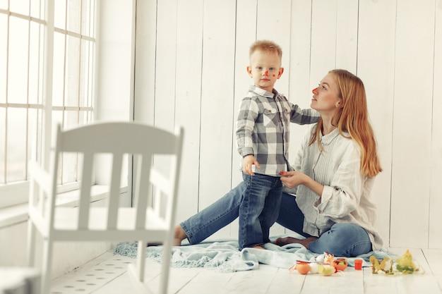 Madre con il figlio che prepara a pasqua a casa