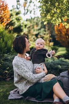 Madre con il figlio piccolo, fare un picnic in un cortile