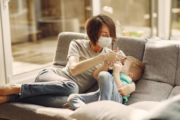 Madre con il figlio più piccolo seduto a casa in quarantena