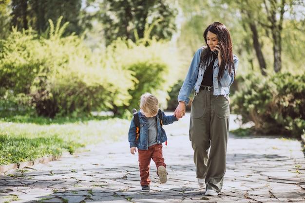 Madre con il suo piccolo figlio divertendosi nel parco