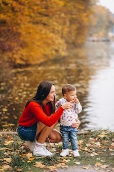 Madre con il suo piccolo figlio nel parco d'autunno