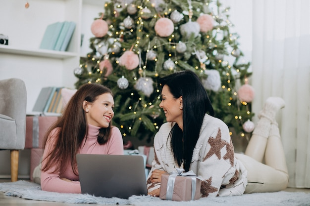 Madre con la figlia che compera online sul natale