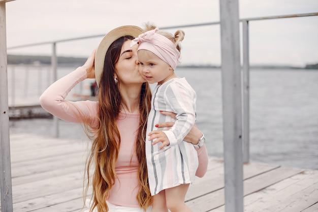 Madre con la figlia che gioca in un parco estivo