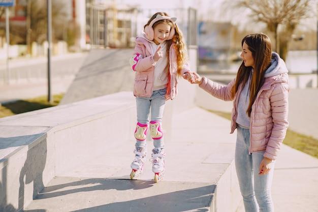 Madre con la figlia in un parco con rullo