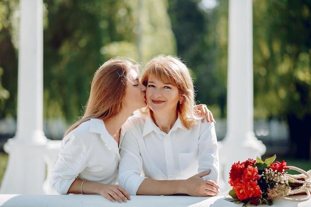 Madre con la giovane figlia in un parco di estate
