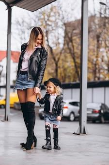 Madre con la sua piccola figlia fuori dalla strada