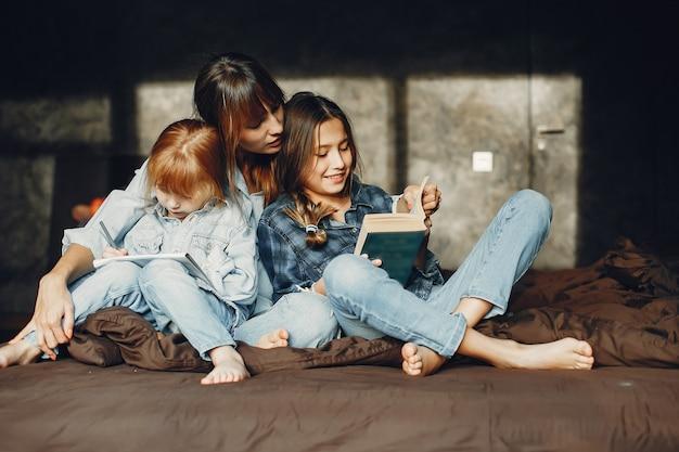 Madre con le figlie a casa