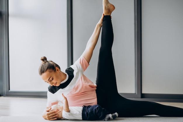 Madre con piccolo yoga pratica bambino ragazzo