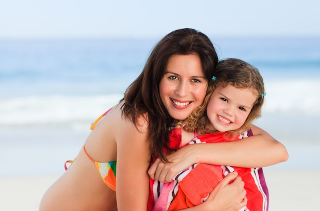 Madre con sua figlia in un asciugamano