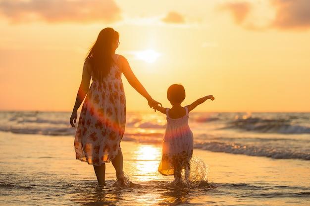 Madre con sua figlia sulla spiaggia
