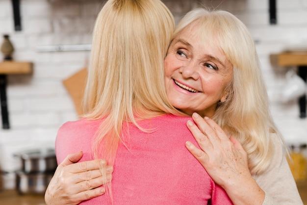 Madre del primo piano che abbraccia sua figlia