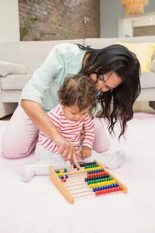Madre e bambino che giocano con l'abaco nel salotto