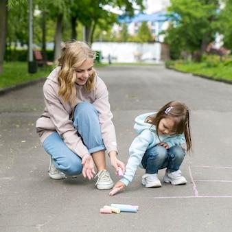 Madre e bambino di vista frontale che giocano nel parco