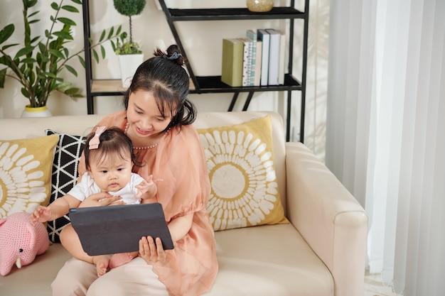 Madre e bambino guardando i cartoni animati
