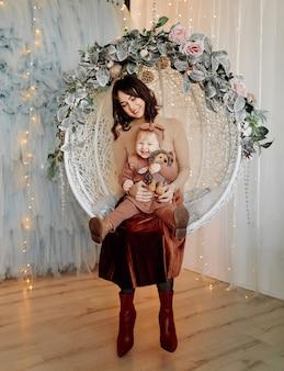 Madre e bambino in posa in altalena
