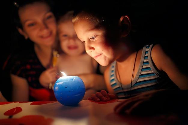 Madre e figli guardando la candela