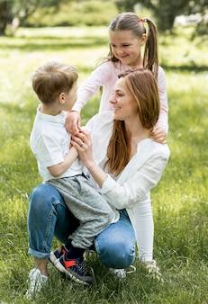 Madre e figli nel parco