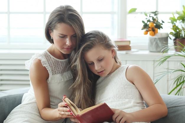 Madre e figlia a casa