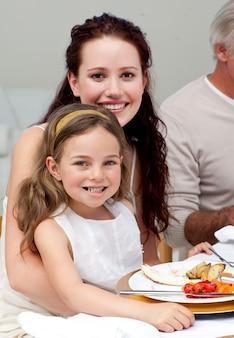 Madre e figlia a cena con la loro famiglia
