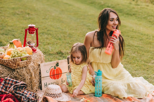 Madre e figlia a picnic