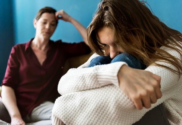 Madre e figlia adolescente avendo una discussione