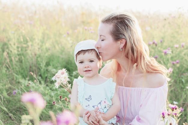 Madre e figlia all'aperto