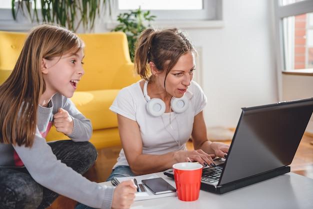 Madre e figlia che giocano ai videogiochi
